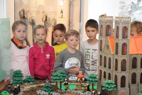 Das Interesse ist groß: sowohl Kinder als auch Erwachsene und Gruppen lassen sich von der Playmobil-Ausstellung begeistern. (Foto: OBK)